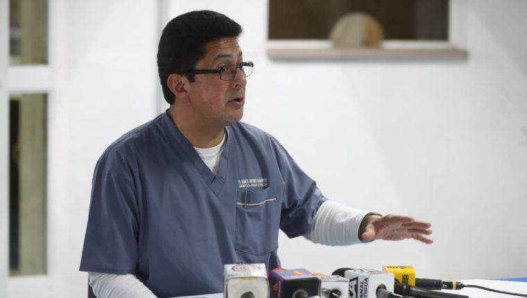 El director de hospital Roosevelt, Marco Antonio Barrientos, informó que el estado de los pacientes que ingresaron por el bombazo en el bus de la ruta 32, están estables. (Foto Prensa Libre: Óscar Rivas)