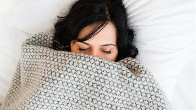 Una hora extra de sueño puede tener un impacto positivo importante en la salud (GETTY IMAGES)