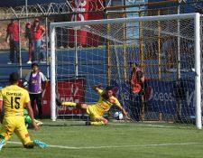 Gastón Puerari anotó el primer gol para los escarlatas. (Foto Prensa Libre: Jorge Ovalle)