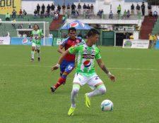 Alejandro Díaz durante el juego entre Antigua GFC y Xelajú MC en el estadio Pensativo. (Foto Prensa Libre: Renato Melgar)