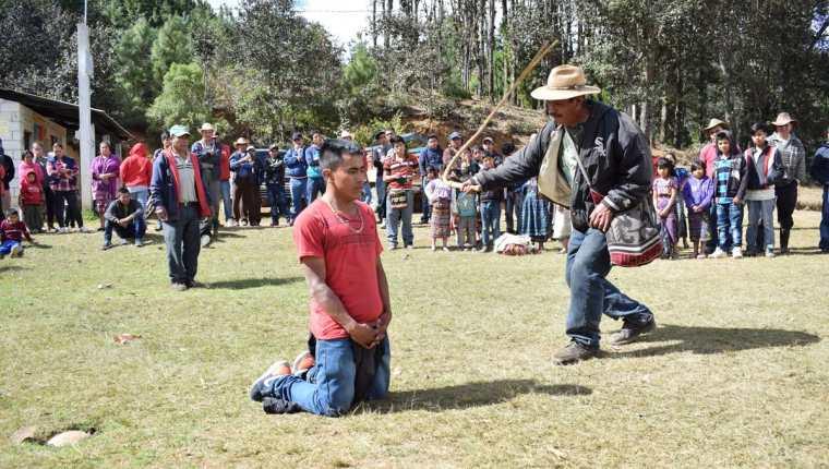 Autoridad comunitaria de Chiul, Santa Cruz del Quiché, azota a Calixto Elías Mendoza. (Foto Prensa Libre: Héctor Cordero).