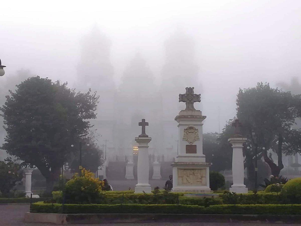 La neblina cubrió esta mañana la Basílica del Santo Cristo Crucificado de Esquipulas. (Foto Prensa Libre: Mario Morales)
