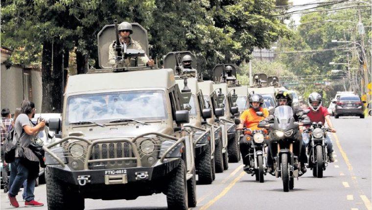 Unidades de uso militar J8 circularon frente a la sede de la Cicig y la Embajada de EE. UU. el 31 de agosto. (Foto Prensa Libre: Hemeroteca PL)