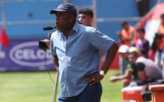 Hernán Medford, técnico de Municipal, durante el partido contra Guastatoya. (Foto Prensa Libre: Carlos Vicente).