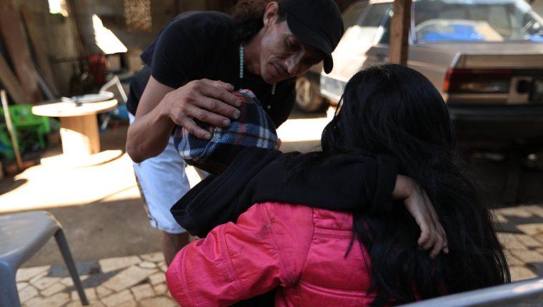 Aunque de forma temporal no tienen la custodia, Raquel Elizabeth Pelén y Eddy Hernández se reúnen con su hijo, en Villa Canales. (Foto Prensa Libre: Carlos Hernández Ovalle)