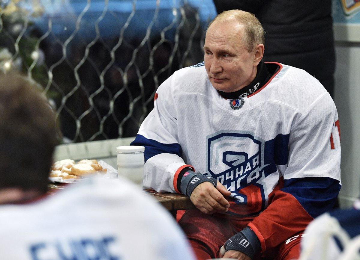 Vladímir Putin despidió el año jugando al hockey en la Plaza Roja. (Foto Prensa Libre: EFE).