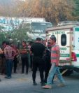 Socorristas resguardan el cuerpo de Marlon Cucul, de 13 años, quien murió luego de haber sido arrollado, en San Agustín Acasaguastlán. (Foto Prensa Libre: Héctor Contreras)
