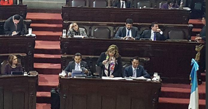 La canciller Sandra Jovel responde a las escuetas preguntas de los diputados. (Foto Prensa Libre: Carlos Álvarez)