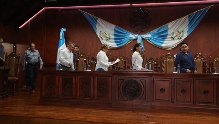 Los magistrados de la CC ingresan a la sala para informar la resolución del amparo provisional. (Foto Prensa Libre: Óscar Rivas)