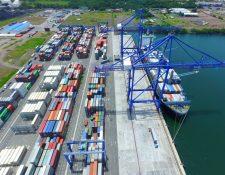 APM Terminals recibe los contenedores que no está atendiendo la Empresa Portuaria Quetzal, por la falta de grúas y el volumen se incrementó desde mayo. (Foto Prensa Libre: Hemeroteca)