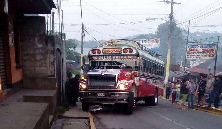 Autobús en el que ocurrió un ataque armado, en Colomba, donde el ayudante murió. (Foto Prensa Libre: Alexánder Coyoy)