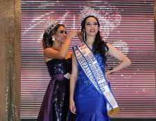 Jessica Morales es premiada por ganar el certamen Reina Nacional de las Fiestas de la Independencia. (Foto Prensa Libre: Carlos Ventura)