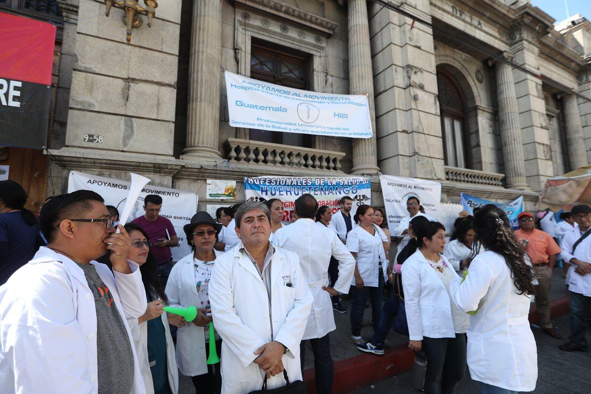 Profesionales de la Salud permanecerán en el Congreso hasta el próximo martes, en demanda al incremento salarial para el gremio. (Foto Prensa Libre: Óscar Rivas)