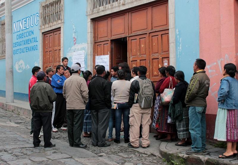 Padres de familia piden que la Dirección Departamental de Educación de Xelajú controle los cobros que hacen los colegios para las graduaciones. (Foto Prensa Libre: Carlos Ventura)