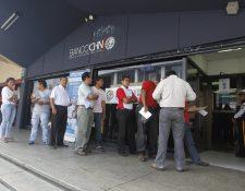 Los bancos del sistema estarán cerrados al público con excepción de agencias ubicadas en centros comerciales. (Foto Prensa Libre: Óscar Rivas/Hemeroteca)