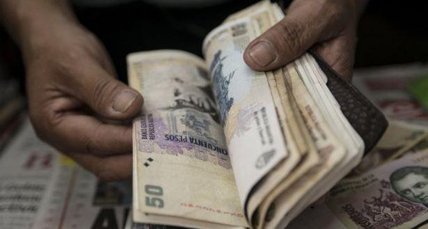 El peso argentino se ha devaluado frente al dólar en los últimos meses. (GETTY IMAGES)