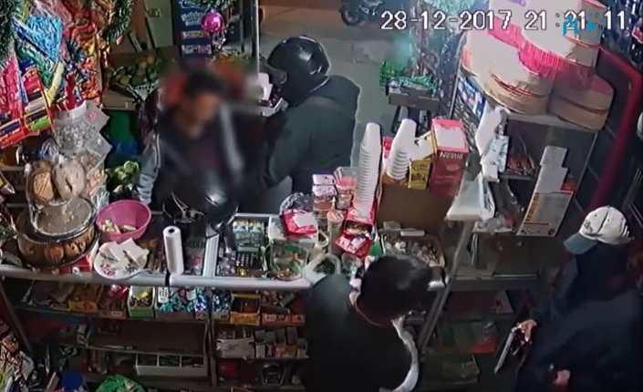 Dos hombres asaltan una tienda en la zona 16. (Foto: Prensa Libre)