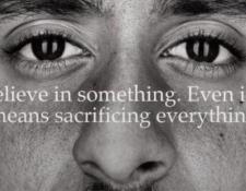 """La imagen de Kaepernick, en la campaña de Nike, con el mensaje """"Cree en algo, incluso si eso significa sacrificar todo"""", ha generado división de opiniones en Estados Unidos. (Foto Prensa Libre: BBC News Mundo)"""