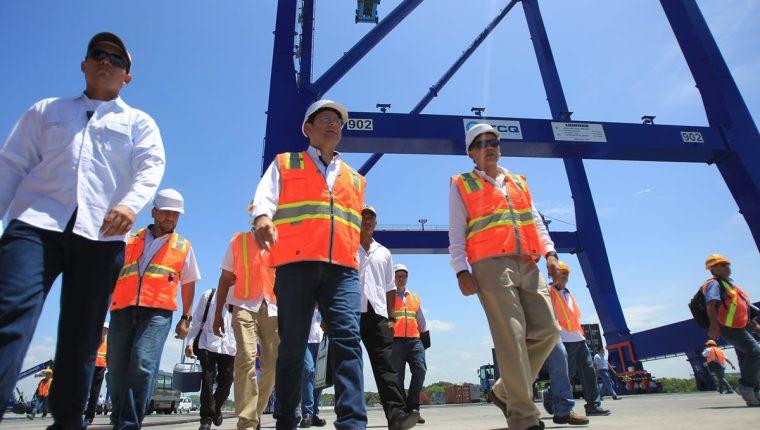 El presidente Jimmy Morales recorre las instalaciones de TCQ, el pasado lunes, para revisar la maquinaria. (Foto Prensa Libre: Hemeroteca PL)