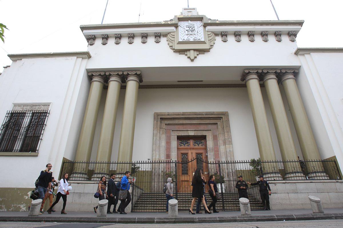 Fiscalía contra el Lavado de Dinero allana Casa Presidencial