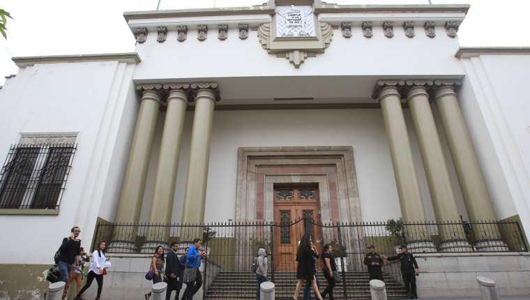 La Casa Presidencial permanece cerrada durante los allanamientos de la Fiscalía contra el Lavado de Dinero. (Foto Prensa Libre: Esbin García)