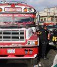 Agentes de la PNC resguardan unidad de transporte que había sido amezada. (Foto Prensa Libre: Carlos Ventura)