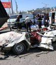 Así quedó el vehículo donde viajaban las víctimas mortales. (Foto Prensa Libre: María José Longo)