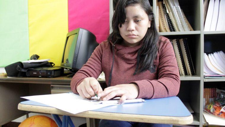 Jennifer Marleny González Méndez, 20 años, estudia en el Centro Educativo Regional de Occidente Dra.Elisa Molina de Stahl, en Quetzaltenango. (Foto Prensa Libre: María Longo)