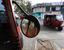 El servicio de mototaxi es común en algunas de la capital. (Foto Prensa Libre: Carlos Hernández).