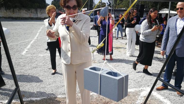 Yolanda de Cofiño coloca la primera piedra de lo que será la cuarta Casa Ronald McDonald. (Foto Prensa Libre: Oscar García).