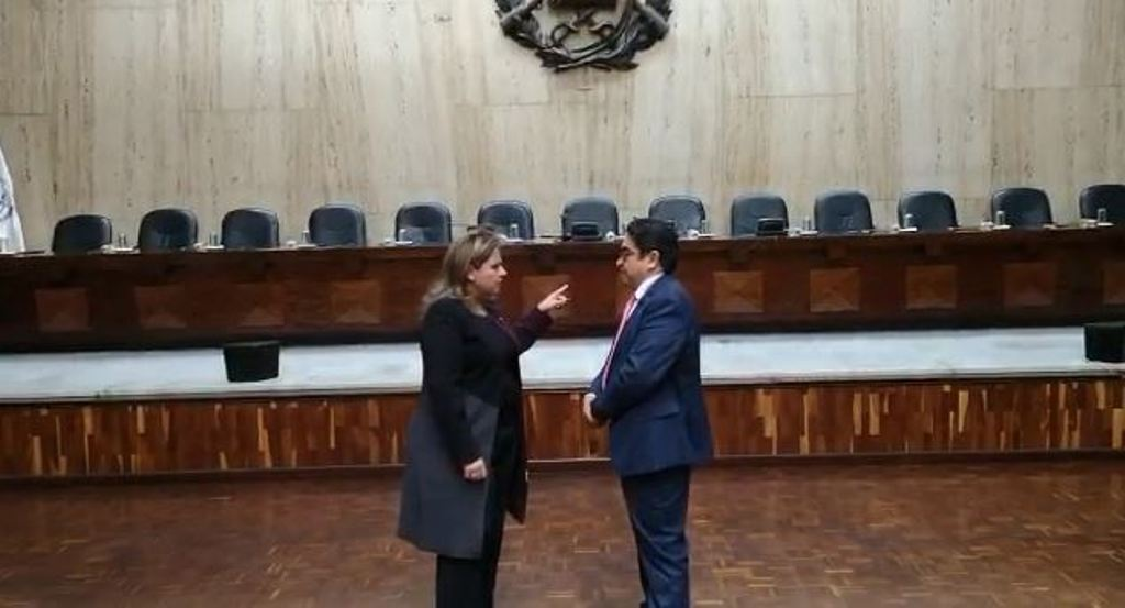 Sandra Jovel y Jordán Rodas hablan antes de la vista pública sobre el amparo contra la expulsión del embajador Anders Kompass.