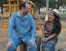 El productor y músico Fernando Scheel se une a la cantautora Ch'umilkaj Curruchiche en el proyecto K'at.(Foto Prensa Libre: Ana Lucía Ola)