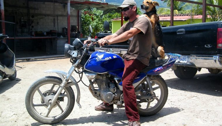 Patán viaja en motocicleta junto a su amo, Carlos Santos, en Sanarate, El Progreso. (Foto Prensa Libre: Héctor Contreras