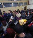 Vendedores de juegos pirotécnicos expresan al director de abastos de comuna, Roberto Escobar, -al centro, chumpa azul- su rechazo a la decisión de trasladarlos a Cefemerq. (Foto Prensa Libre: Mynor Toc)