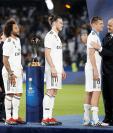 El mediocampista alemán Toni Kroos es premiado por el presidente de la Fifa, Gianni Infantino tras ganar su quinto Mundial de Clubes. (Foto Prensa Libre: EFE)
