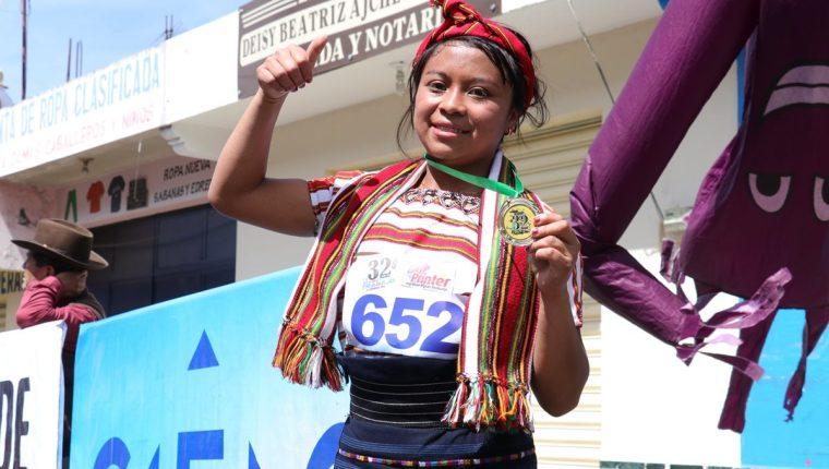 Mildred Vicente originaria de la aldea Victoria, San Juan Ostuncalco compitió en la carrera del Día del Trabajo en La Esperanza, Quetzaltenango. (Foto Prensa Libre: Raúl Juárez)