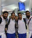 Los seleccionados nacionales Hamilton López, Jonathan López, Mario Castellanos y Paulo César Motta posan en el Aeropuerto La Aurora antes de viajar a Los Ángeles. (Foto Prensa Libre: Fedefut)