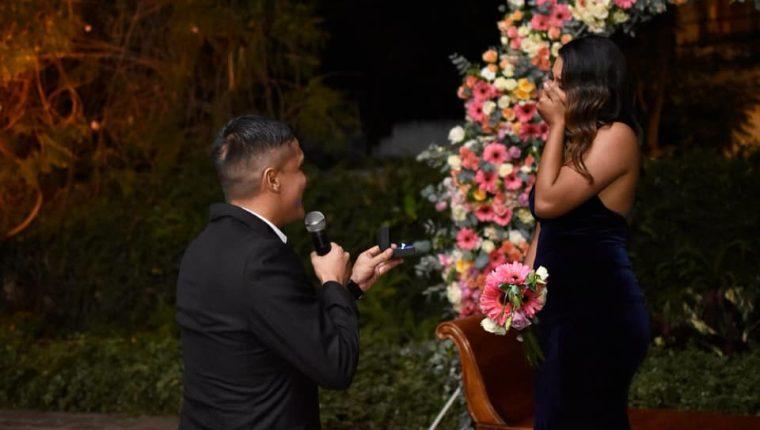 El defensor guatemalteco Roberto Cóbar al momento de pedirle a su novia que acepte casarse con él (Foto Prensa Libre: Tomada del Facebook de Roberto Cóbar)