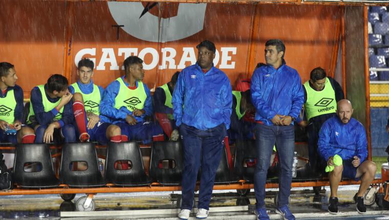 El técnico costarricense Hernán Medford le ganó el duelo a Willy Olivera en el Clásico 303. (Foto Prensa Libre: Óscar Rivas)