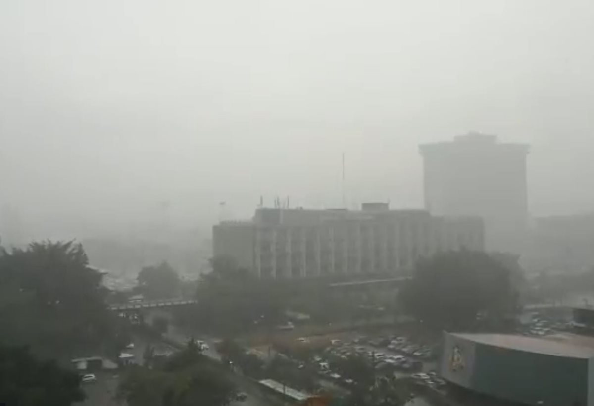 Lluvia acompañada de fuerte actividad eléctrica azotó la ciudad capital este miércoles. (Captura de video/Twitter/@Lared1061)