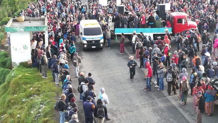Pobladores bloquean la ruta Interamericana en rechazo al Gobierno de Jimmy Morales y a favor de la continuidad de la Cicig. (Foto Prensa Libre: Raúl Juárez)