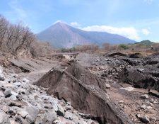 Gran cantidad de material volcánico fue arrastrado el domingo luego de las lluvias que azotaron la zona montañosa del Volcán de Fuego. (Foto Prensa Libre: Enrique Paredes)