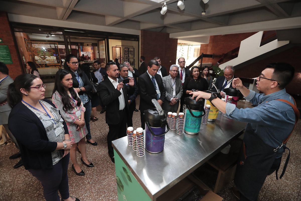 Delegados de varias instituciones públicas y privadas de Centroamérica discutieron ayer en Anacafé estrategias para enfrentar la crisis de precios internacionales del café. (Foto Prensa Libre: Juan Diego González)