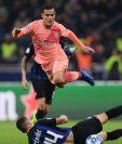 El brasileño Coutinho sufrió una lesión en la pierna derecha y estará fuera máximo tres semanas. (Foto Prensa Libre: AFP).