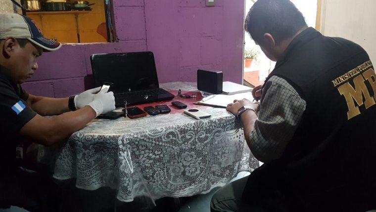 Peritos del MP efectúan revisión en aparatos localizados en viviendas de Mixco y Villa Nueva. (Foto Prensa Libre: MP)