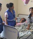 Representantes de la PDH visitaron el Hospital Nacional de Sololá para conocer los problemas que afronta. (Foto Prensa Libre: Ángel Julajuj)