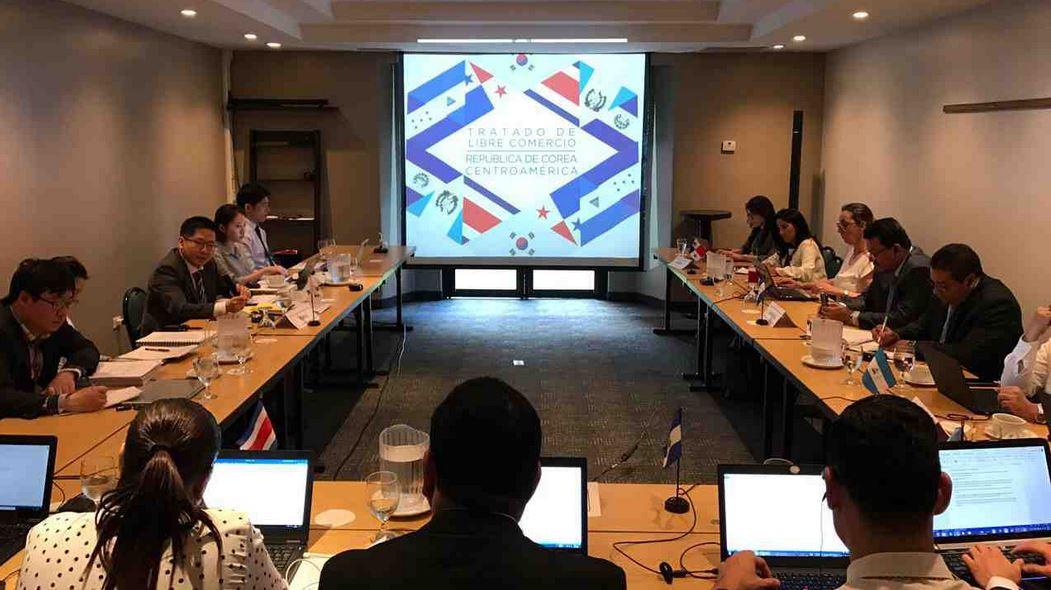 Técnicos de Centroamérica y Corea del Sur cuando finalizaron una reunión para el proceso de homologación y revisión legal de los 24 capítulos que componen el Tratado de Libre Comercio entre Centroamérica y ese país asiático. (Foto Prensa Libre: Mineco)