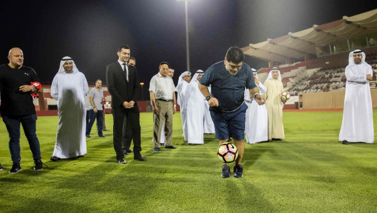 Diego Armando Maradona volverá a dirigir un club después de cinco años. Es la sensación en los Emiratos Árabes Unidos. (Foto Prensa Libre: AFP)