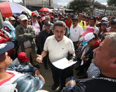 El sindicato de Joviel Acevedo caminó al Congreso y pernoctó para hacer presión sobre el pacto colectivo que reclama. (Foto Prensa Libre: Hemeroteca PL)