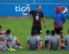 El técnico Ramiro Cepeda confía en que su equipo pueda remontar el marcador el próximo miércoles en el juego de vuelta ante San Pedro. (Prensa Libre: Raúl Juárez)
